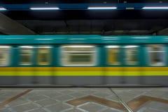 Stazione della metropolitana in sotterraneo con il treno commovente Immagini Stock