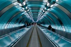 Stazione della metropolitana Sottopassaggio della scala mobile discesa Fotografia Stock