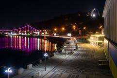 Stazione della riva del fiume di Kyiv alla notte Immagini Stock