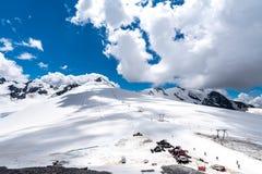 Stazione dello sci in alte alpi Fotografia Stock
