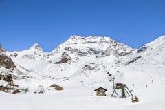 Stazione dello sci dei bambini in montagne svizzere in Saas-tassa Immagini Stock