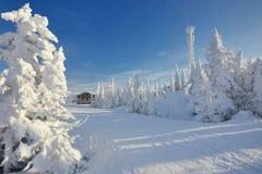 Stazione dello sci nelle montagne Fotografie Stock Libere da Diritti