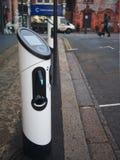 Stazione di carico del veicolo elettrico ad una via residenziale a Londra, Regno Unito immagini stock