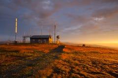 Stazione di comunicazioni e mattina sbalorditiva nelle alpi di Gerlitzen Fotografia Stock