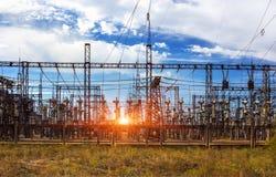 Stazione di distribuzione elettrica, trasformatori, linea ad alta tensione fotografie stock