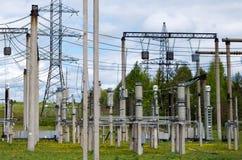 Stazione di distribuzione di elettricit? Lotti dei cavi, dei pali e degli schermi immagini stock