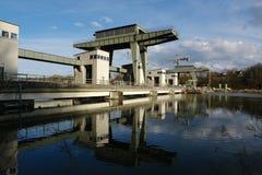 Stazione di forza idroelettrica sulla locanda del fiume. Fotografia Stock Libera da Diritti