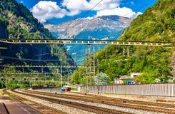 Stazione di Lavorgo sulla ferrovia di Gotthard in alpi svizzere Fotografia Stock Libera da Diritti