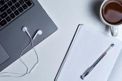 Stazione di lavoro con la vista superiore del computer portatile su fondo bianco fotografie stock
