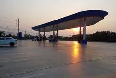 Stazione di servizio al tramonto immagini stock