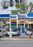 Stazione di servizio di Mobil con i prezzi del gas Fotografie Stock