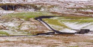 Stazione di servizio di straripamento di Reservior colata & Snowie Hillside Immagine Stock Libera da Diritti