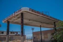 Stazione di servizio e garage abbandonati, mare di Salton, California immagini stock