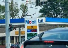 Stazione di servizio di Mobil con i prezzi del gas Fotografia Stock