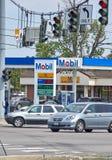 Stazione di servizio di Mobil con i prezzi del gas Immagini Stock