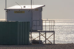 Stazione di vedetta del bagnino che trascura mare calmo nebbioso FAS della spiaggia Fotografia Stock Libera da Diritti