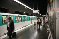 Stazione e treno di metropolitana di Parigi Fotografia Stock Libera da Diritti