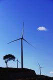 Stazione enorme del mulino a vento con fondo blu Fotografia Stock