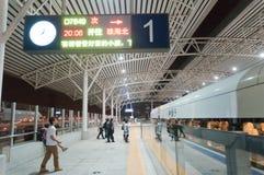 Stazione ferroviaria alla notte fotografie stock libere da diritti