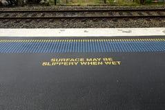Stazione ferroviaria: bordo del binario  Immagini Stock