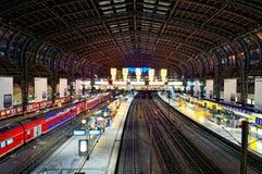 Stazione ferroviaria centrale di Amburgo alla notte Fotografia Stock Libera da Diritti