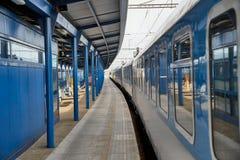 Stazione ferroviaria con il treno del passanger immagine stock libera da diritti