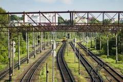 Stazione ferroviaria con il treno Vista urbana Fotografia Stock Libera da Diritti