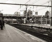 Stazione ferroviaria con una certa attesa della gente Immagini Stock