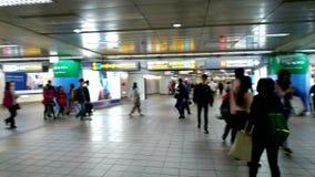 Stazione ferroviaria corridoio principale di Taipei con molta gente utilizzare il servizio in Taipei video d archivio