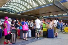 Stazione ferroviaria dei viaggiatori asiatici Immagine Stock