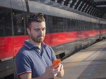 Stazione ferroviaria dell'uomo Immagini Stock