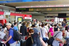 Stazione ferroviaria della folla dei viaggiatori Immagine Stock Libera da Diritti