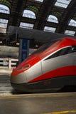 Stazione ferroviaria di arresto moderno del treno ad alta velocità Fotografia Stock