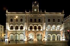 Stazione ferroviaria di arte-deco di Lisbona entro la notte immagini stock