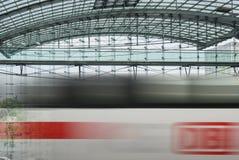 Stazione ferroviaria di Berlin Hauptbahnhof che passa treno Immagine Stock