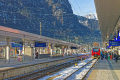Stazione ferroviaria di Garmisch-Partenkirchen su un pomeriggio soleggiato di inverno Fotografia Stock
