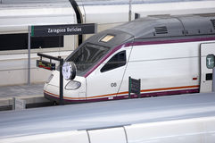 Stazione ferroviaria con le piattaforme dei treni ad alta velocità Fotografia Stock Libera da Diritti