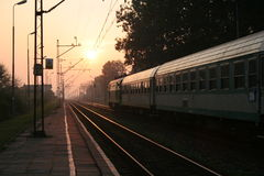 Stazione ferroviaria e treno Immagini Stock Libere da Diritti