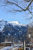 Stazione ferroviaria innevata del dente e della catena montuosa a Wengen, Svizzera, Europa Fotografie Stock Libere da Diritti