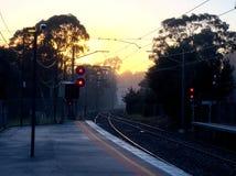 Stazione ferroviaria nebbiosa Fotografie Stock Libere da Diritti