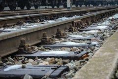 Stazione ferroviaria nell'orario invernale con le vecchie piste fotografie stock libere da diritti
