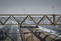Stazione ferroviaria nell'orario invernale con le vecchie piste fotografia stock