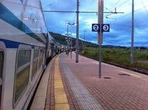 Stazione ferroviaria nella sera Fotografie Stock Libere da Diritti