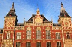 Stazione ferroviaria olandese all'indicatore luminoso di sera, Amsterdam immagine stock libera da diritti
