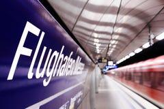 Stazione ferroviaria in sotterraneo all'aeroporto Fotografie Stock Libere da Diritti