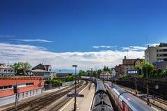 Stazione ferroviaria in Svizzera Alpi della montagna Fotografia Stock