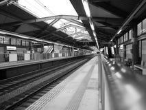 Stazione ferroviaria vuota in bianco e nero Fotografie Stock Libere da Diritti