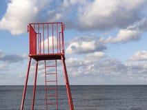 Stazione rossa della torre di osservazione del bagnino in Polonia Fotografie Stock