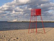 Stazione rossa della torre di osservazione del bagnino in Polonia Immagine Stock Libera da Diritti