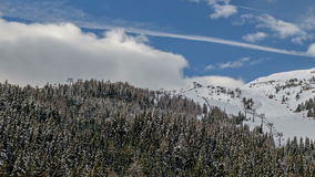 Stazione sciistica in alpi austriache stock footage